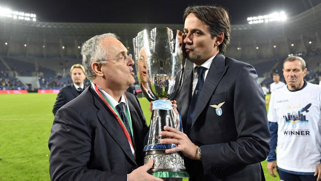 Claudio Lotito e SImone Inzaghi con la Supercoppa Italiana 2019. Getty