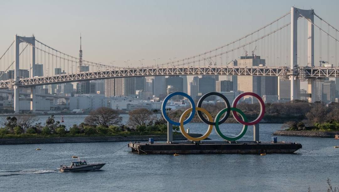 I Cinque Cerchi Olimpici sulla baia di Tokyo: per la prima volta nella storia un'edizione dei Giochi è stata posticipata all'anno successivo.