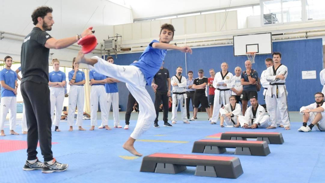 Francesco Zambrella durante un allenamento con la Nazionale: in azione Vito Dell'Aquila