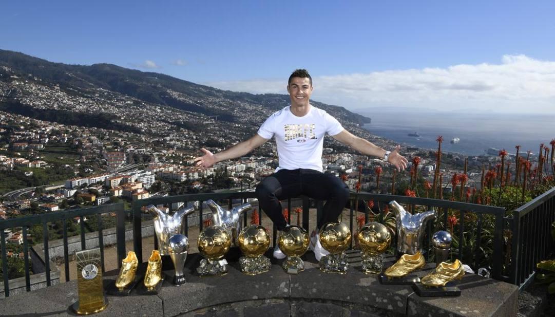 Cristiano Ronaldo, 35 anni,  a Madeira con alcuni dei suoi trofei. Ap