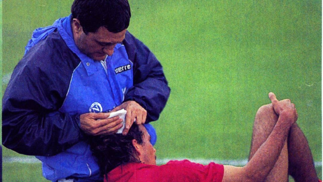 Il massaggiatore del Napoli Salvatore Carmando soccorre Alemao, ferito alla testa da una monetina.