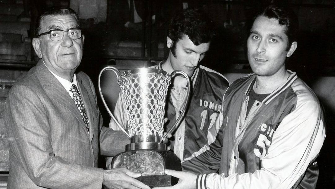 Da sinistra il patron Giovanni Borghi, Dino Meneghin, ora 70 anni, e Ottorino Flaborea, 80, con la coppa