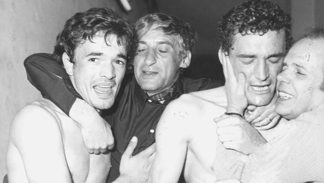 Bobo Gori, Manlio Scopigno e Gigi Riva festeggiano lo scudetto del 1970. Olympia