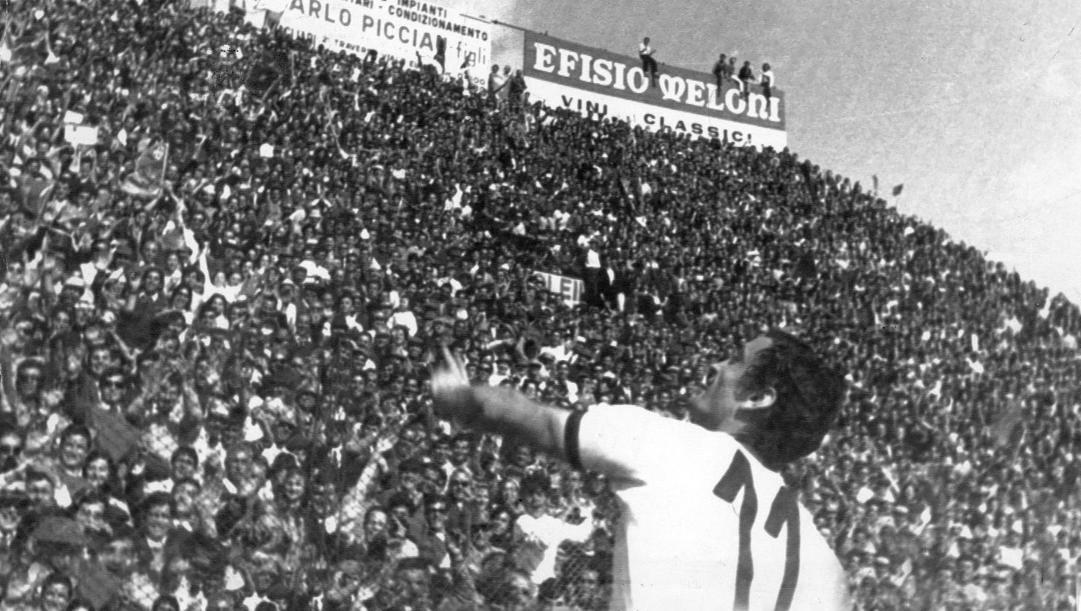 Il Cagliari batte il Bari e si laurea campione d'Italia. Ap