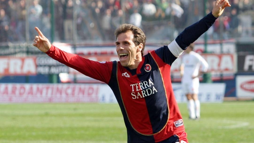 Gianfranco Zola esulta nella sua unica stagione in serie A con il Cagliari, 2004-2005. Ap