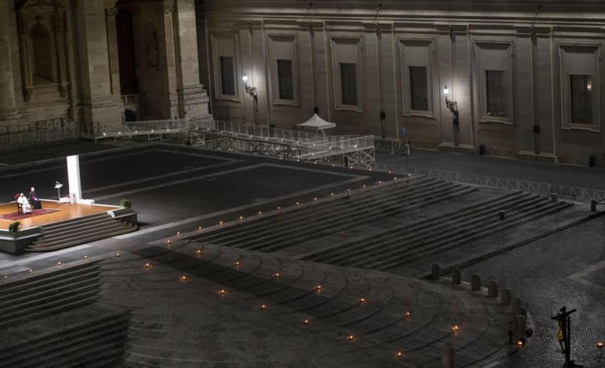 Alcuni scatti della Via Crucis di Papa Francesco nella piazza San Pietro deserta. Ap Lapresse Ansa