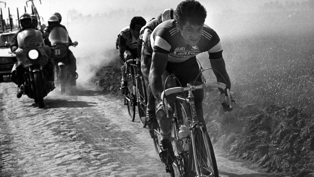 Francesco Moser sul pavè della Roubaix nel 1980. Bettini