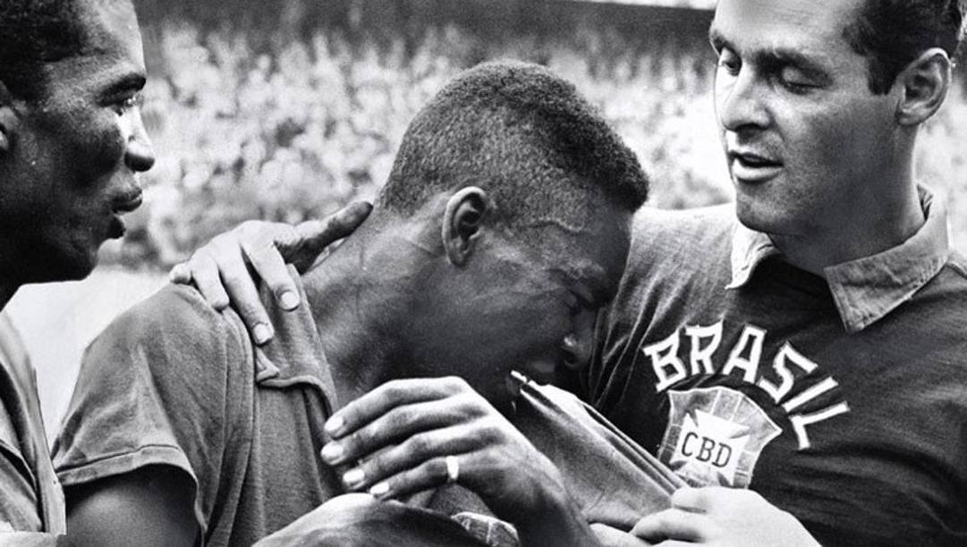 Pelé in lacrime dopo aver trascinato il suo Brasile alla vittoria nella Coppa del Mondo del 1958