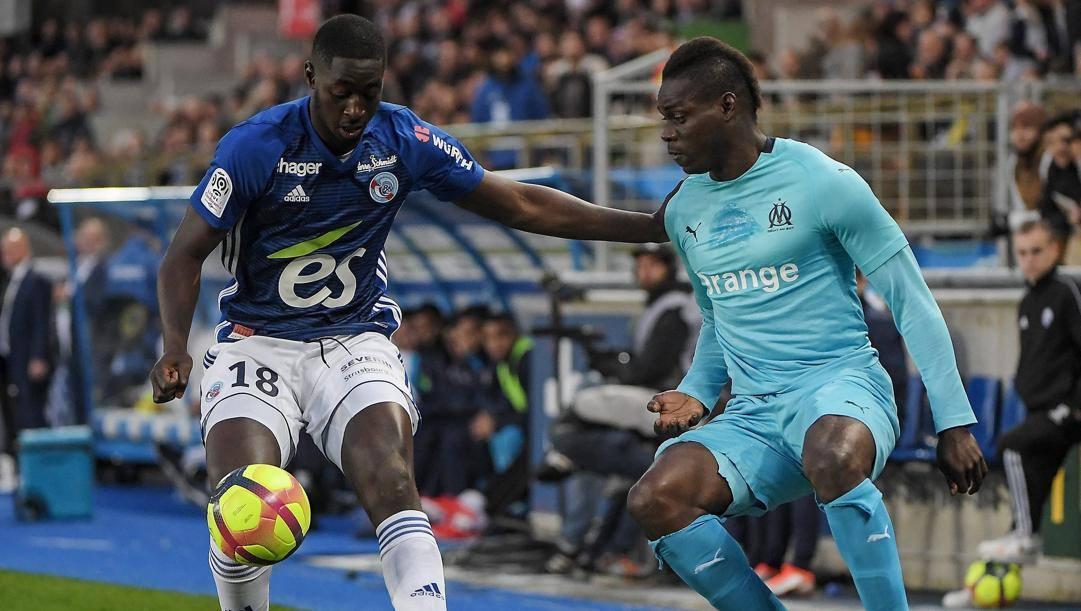 Ibrahima Sissoko dello Strasburgo, a sinistra, in duello con Mario Balotelli. Afp