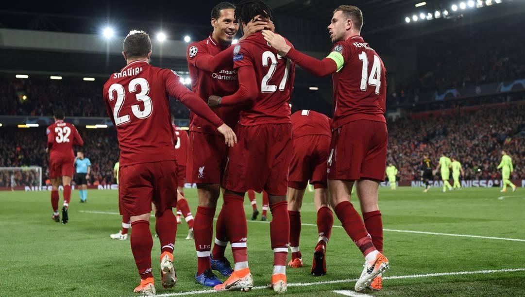 Divok Origi (in mezzo di spalle) festeggia con Virgil van Dijk un gol col Liverpool. Afp