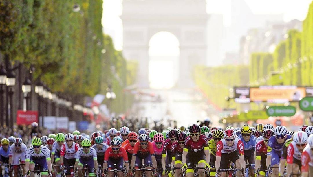 L'ultima tappa del Tour 2019 sui Campi Elisi. Bettini