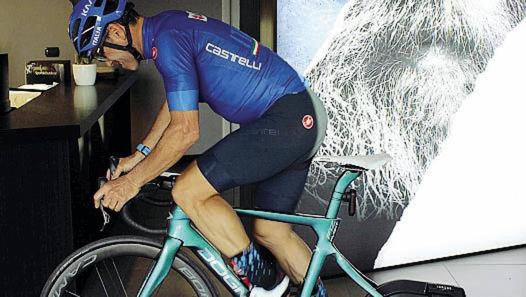 Davide Cassani, 59 anni, corre a casa sui rulli