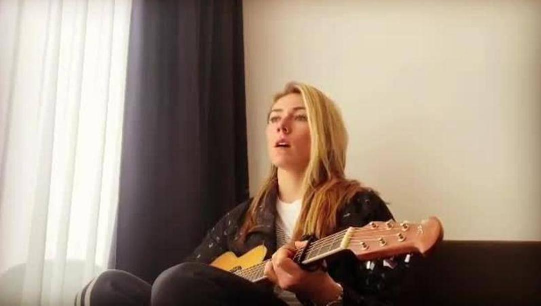 Mikaela Shiffrin si è esibita sul Web alla chitarra.