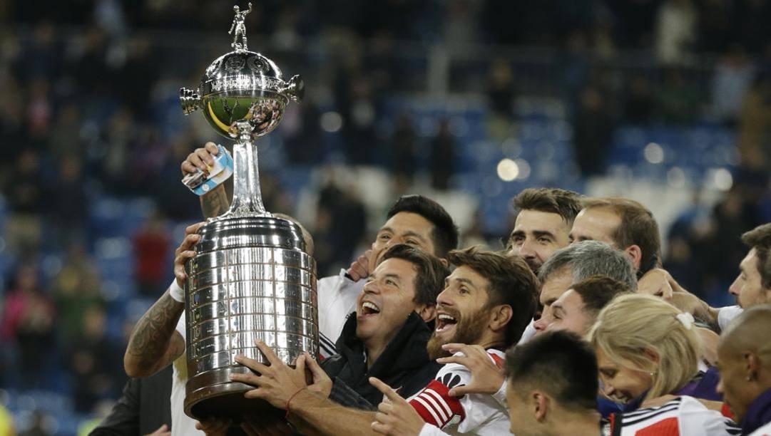 I giocatori del River alzano la Coppa Libertadores. Ap