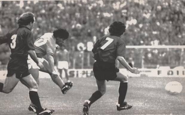 Il sinistro vincente di Diego Maradona a Bologna: gol del 2-0, la partita finirà 4-1. Vittoria decisiva per lo scudetto AP