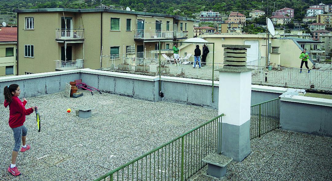 Carola Pessina, 11 anni, in primo piano, e Vittoria Oliveri, 13, palleggiano a 15 metri di altezza e 9 di distanza. (Getty)
