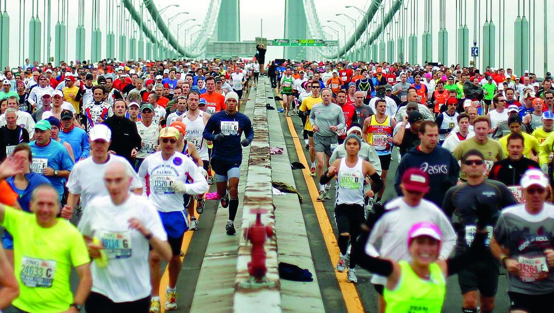 Scatto iconico: la partenza dei quasi 50.000 partecipanti alla maratona di New York sul ponte di Verrazzano. Un rito che il 1° novembre dovrebbe ripetersi.