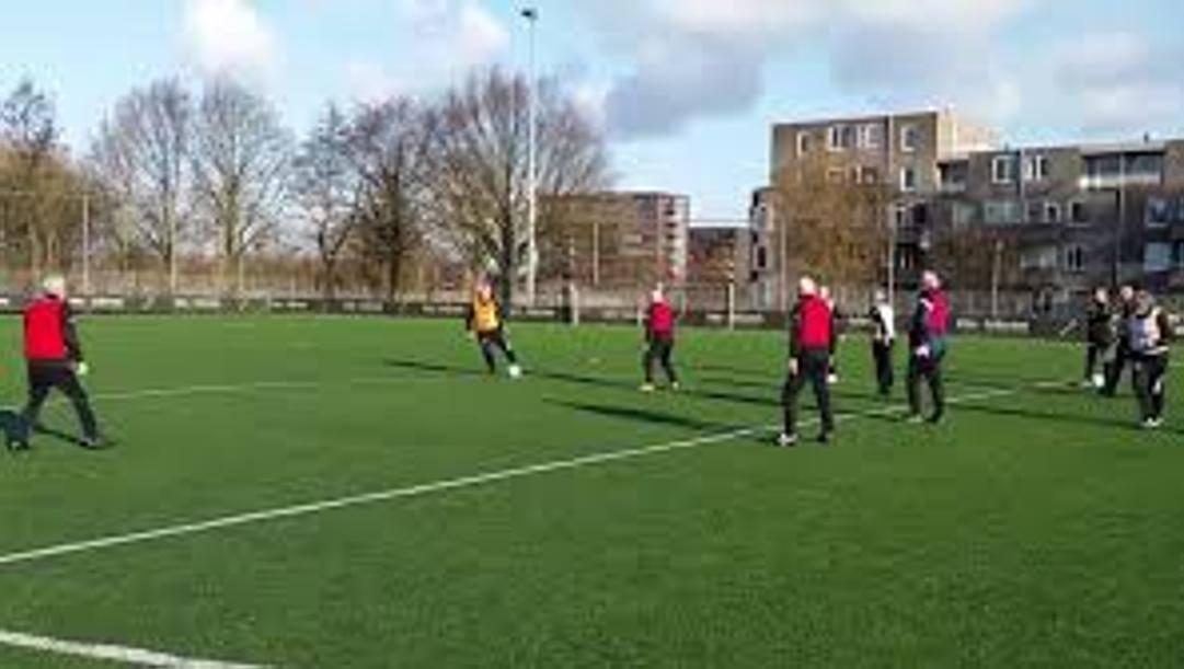 Una partita di calcio camminato