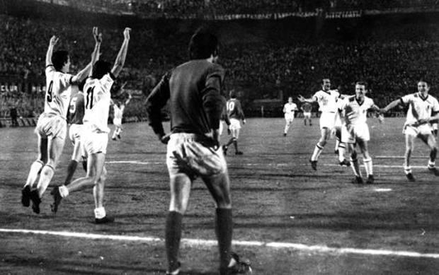 L'esultanza del Milan dopo l'1-0 di Sormani