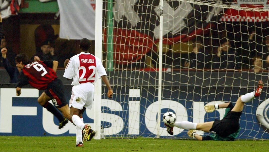 Il gol di Pippo Inzaghi in Milan-Ajax 3-2, quarti di finale della Champions 2002/03. Afp