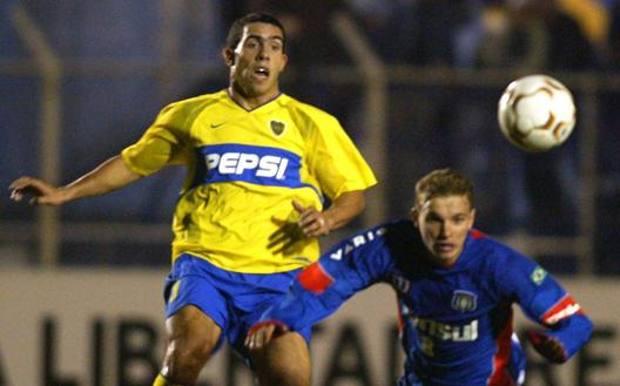Carlos Tevez, all'epoca nel Boca Juniors, qui contro Fabio Santos del São Caetano in Copa Libertadores nel 2004 EPA