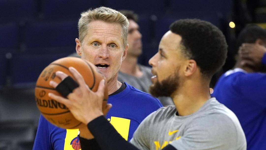 Steve Kerr, 54 anni, e Steph Curry, 32. Epa