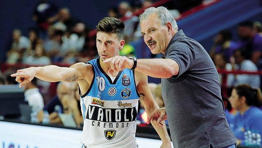 Michele Ruzzier, 27 anni, playmaker di Cremona con il suo coach e c.t. azzurro Meo Sacchetti, 66 anni. Ciamillo