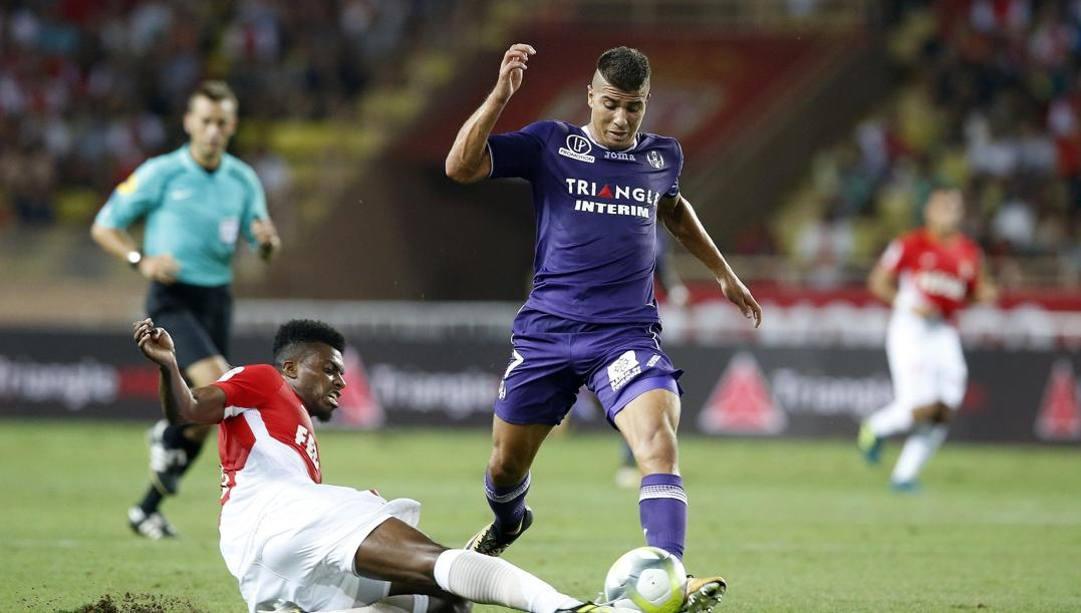 Un tackle scivolato di Jemerson, 27 anni, difensore del Monaco. Afp