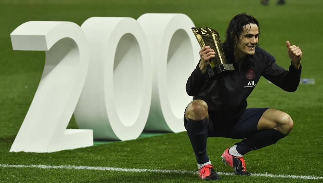 Edinson Cavani, 33 anni, celebra i 200 gol con il club. EPA