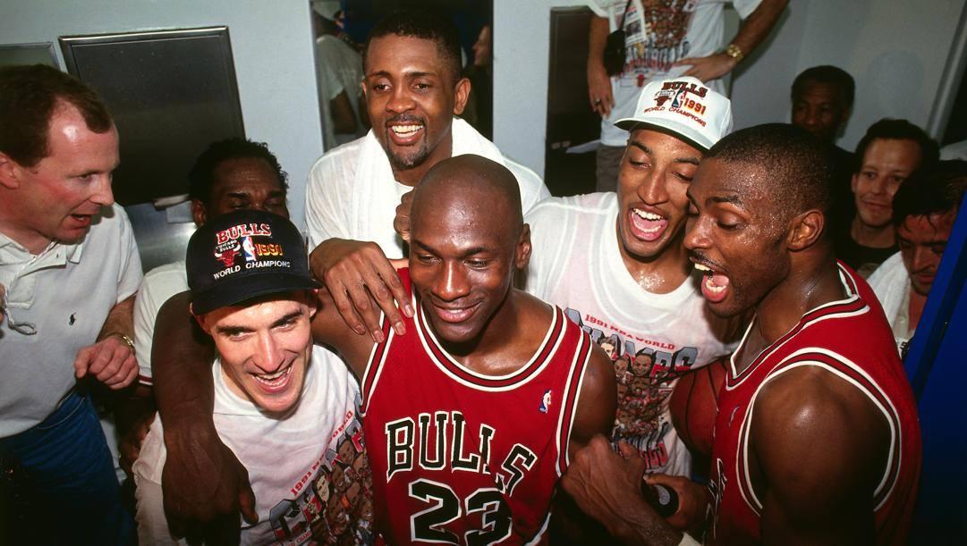 La festa dei Chicago Bulls per il primo titolo, quello del 1991. Fino ad allora Michael Jordan aveva fama di perdente. Getty