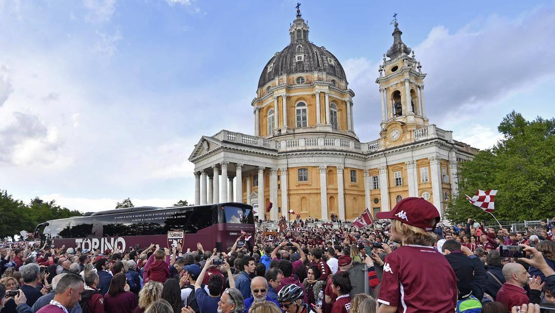 Una foto di archivio che racconta la partecipazione della gente del Toro alla celebrazione del 4 maggio 2019, in occasione dei 70 anni dalla scomparsa del Grande Torino. laPresse