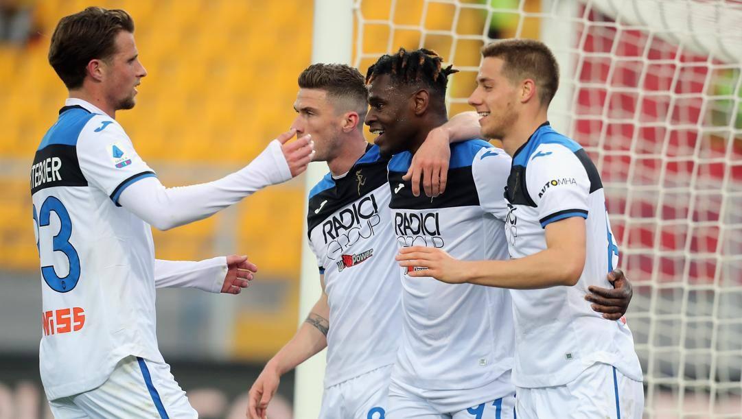 L'Atalanta festeggia dopo uno dei sette gol a Lecce. Getty