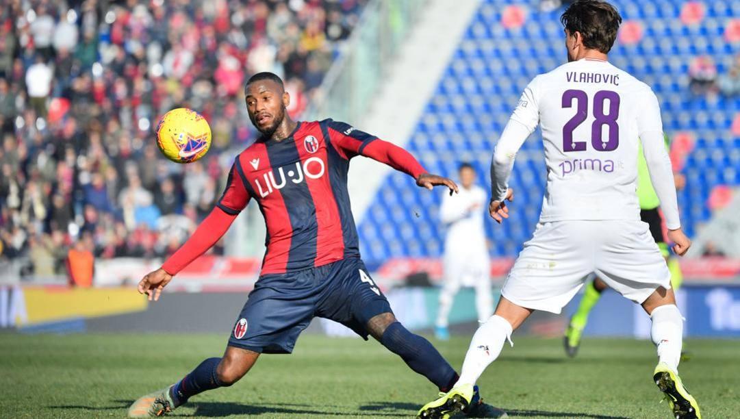 Stefano Denswil in azione contro la Fiorentina. Lapresse