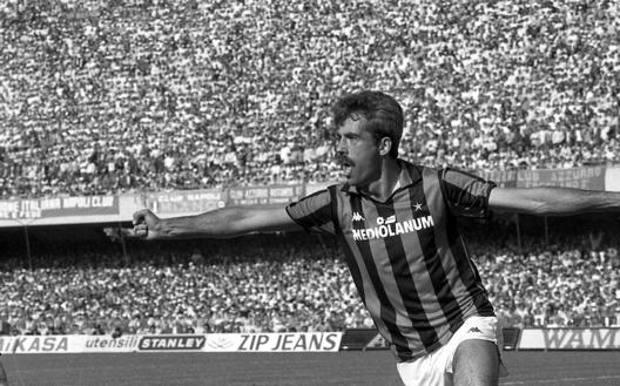 Pietro Paolo Virdis esulta dopo il gol che ha portato in vantaggio il Milan al San Paolo