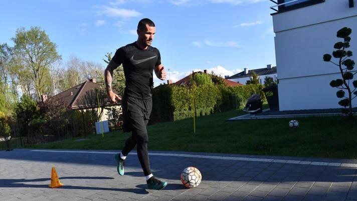 Adam Fraczczak, del  Pogon Szczecin, si allena a casa