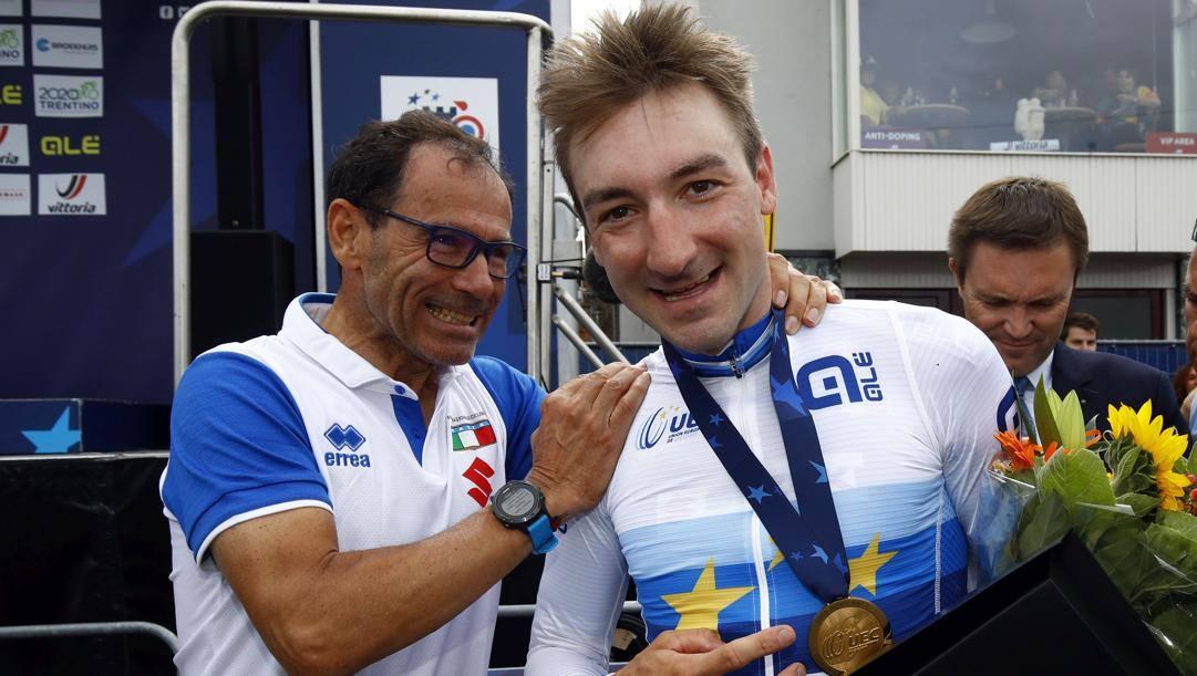 Il c.t. Davide Cassani, 59 anni, con Elia Viviani, 31, dopo la vittoria del 2019 ad Alkmaar. Bettini