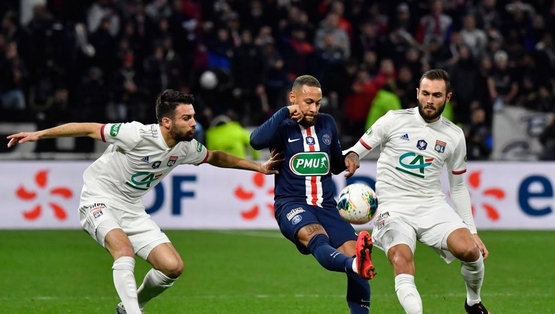 Neymar tra Dubois (a sx) e Tousart. Afp