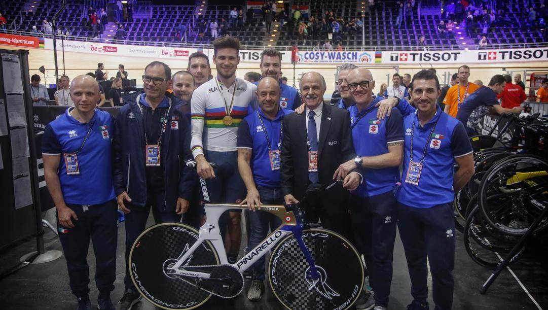 Foto di gruppo azzurra per l'oro di Ganna al Mondiale.