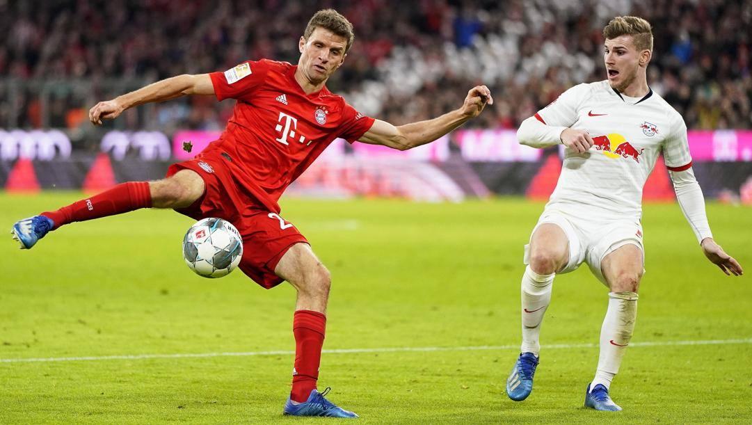 Thomas Muller e Timo Werner a duello in Bayern-Lipsia. Epa
