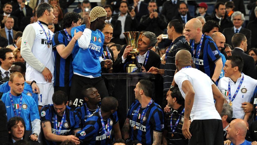 La Coppa Italia 2010 baciata da Jose Mourinho