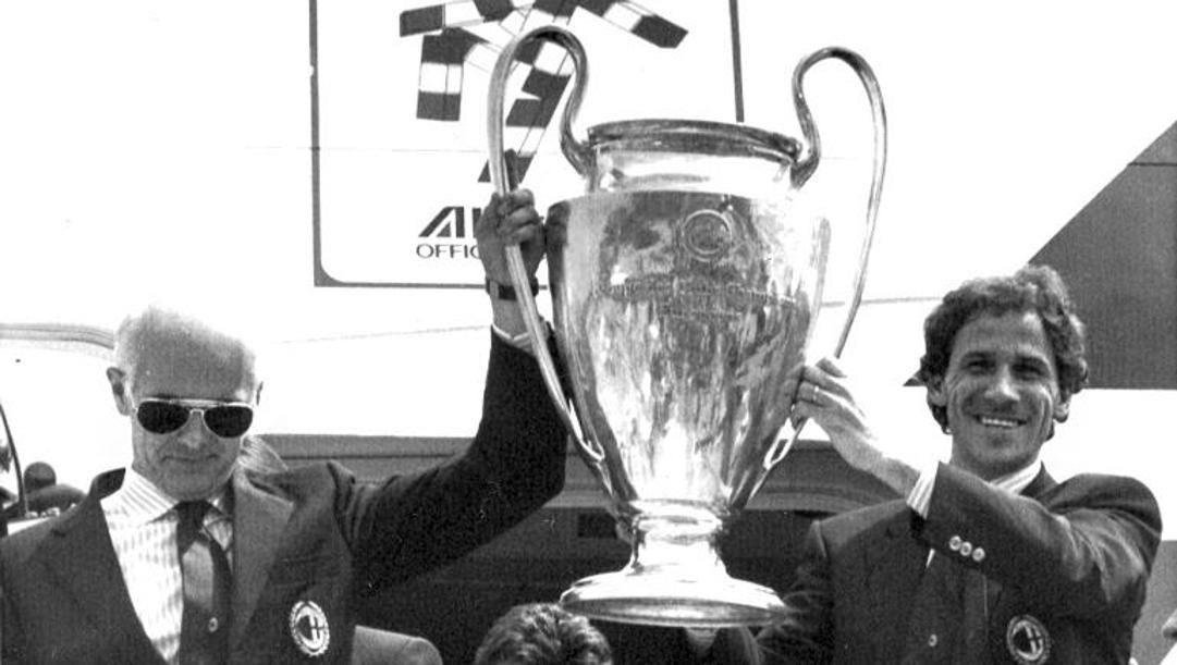 Arrigo Sacchi e Franco Baresi sollevano la Coppa dei Campioni vinta dal Milan nel 1989