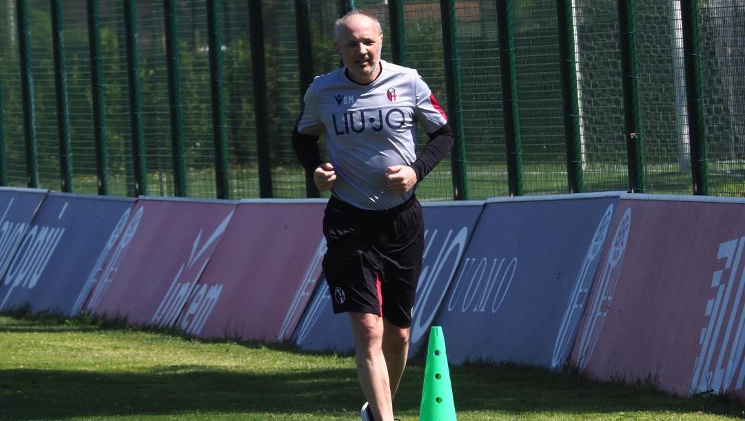 Sinisa Mihajlovic corre nel centro sportivo del Bologna. Ansa