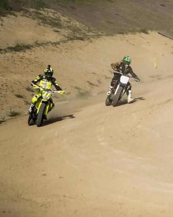 Valentino Rossi è tornato in azione al suo Ranch per allenarsi con la moto da dirt track, dopo lo stop imposto dal coronavirus: qui è in duello con Franco Morbidelli
