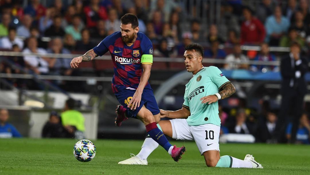 Lautaro a contrasto con Messi nel Barcellona-Inter di Champions. Getty