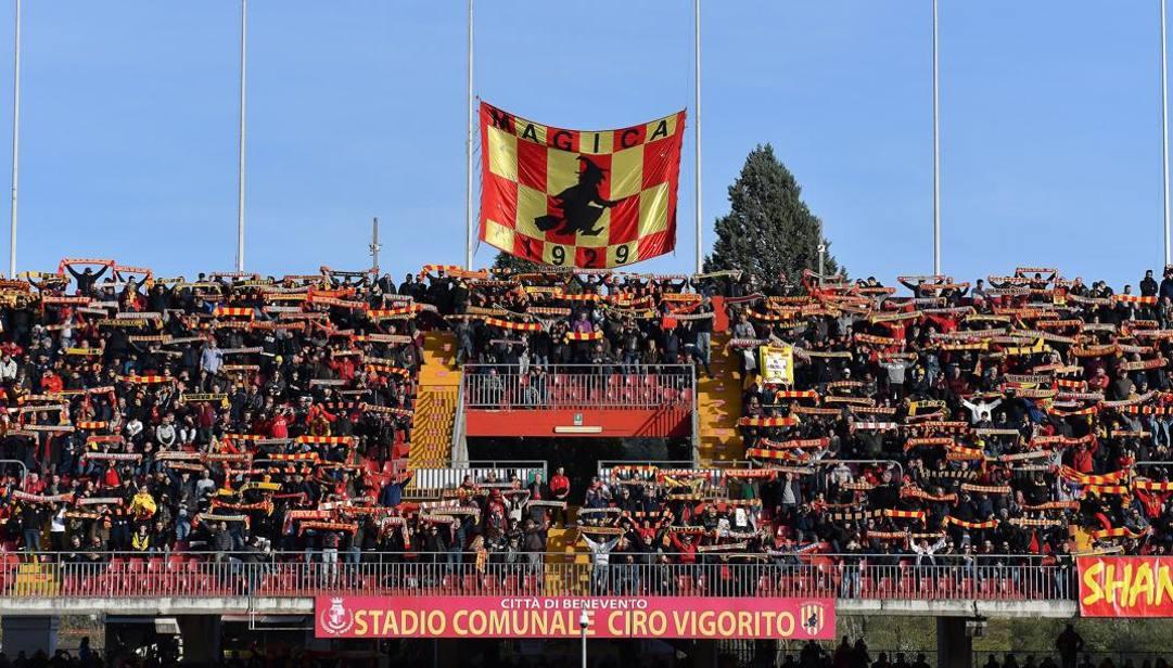 La curva del Benevento che sta dominando il campionato di serie B. Lapresse