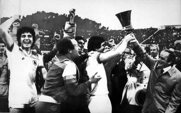 Agostino Di Bartolomei alza la Coppa Italia 1979-80, a sinistra si riconosce Scarnecchia  ANSA