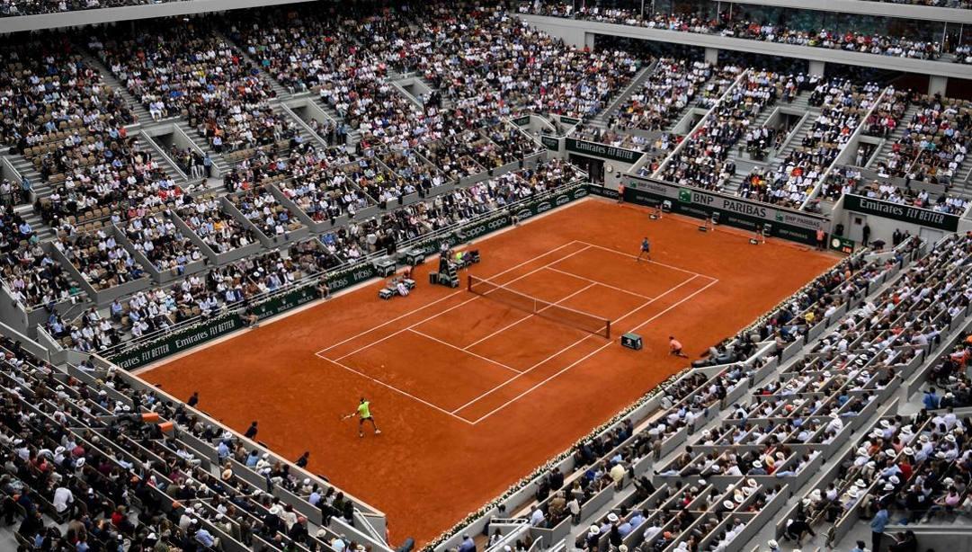 Il Philippe Chatrier, il campo centrale del Roland Garros di Parigi gremito per la finale del 2019. Lo stadio conta circa 15.000 posti a sedere (Afp)