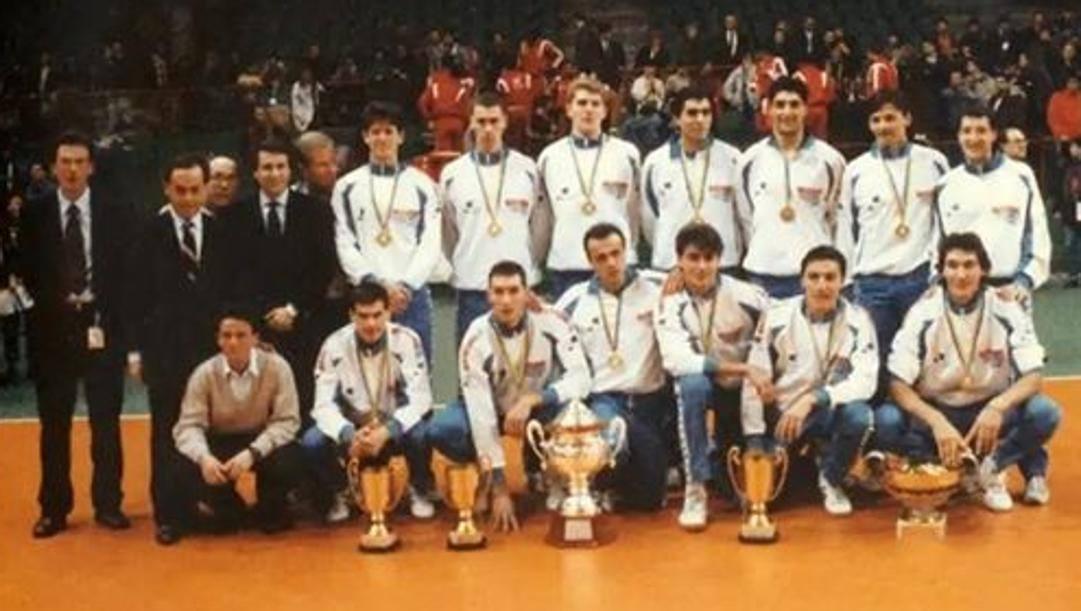 La squadra della Maxicono Parma del 1989-90 posa con i 5 trofei conquistati in quel favoloso 1990.