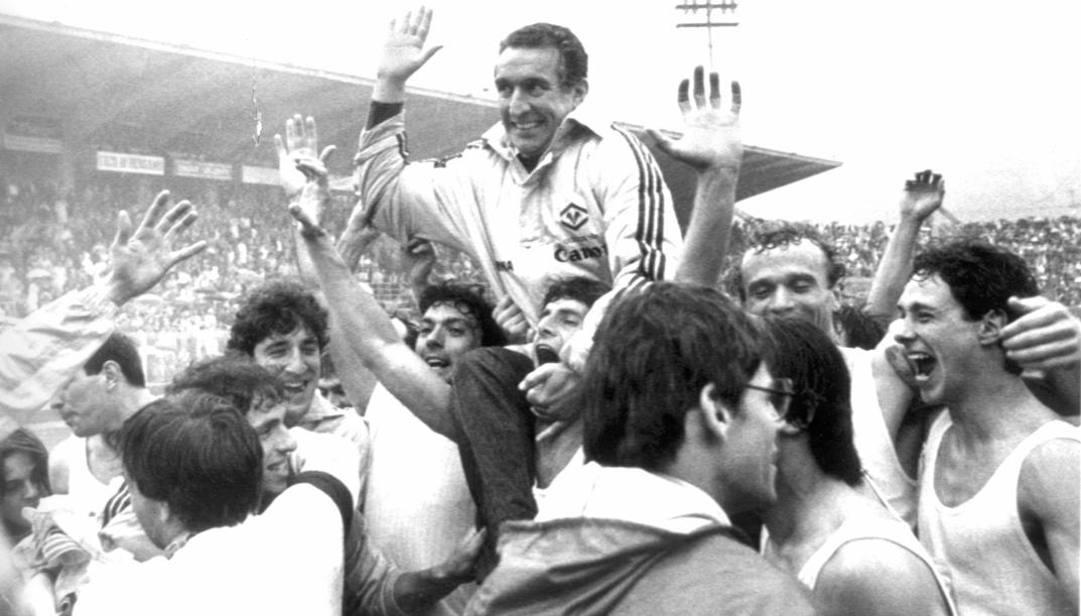Il tecnico del Verona portato in trionfo dopo la vittoria dello scudetto 1984-85.