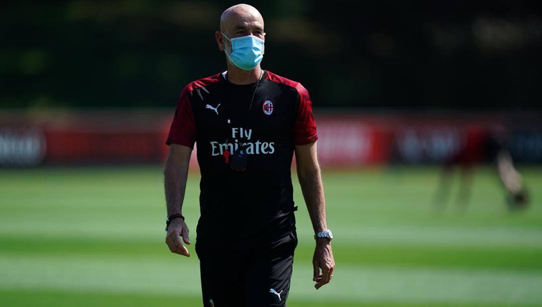 Stefano Pioli a Milanello con la mascherina. LaPresse